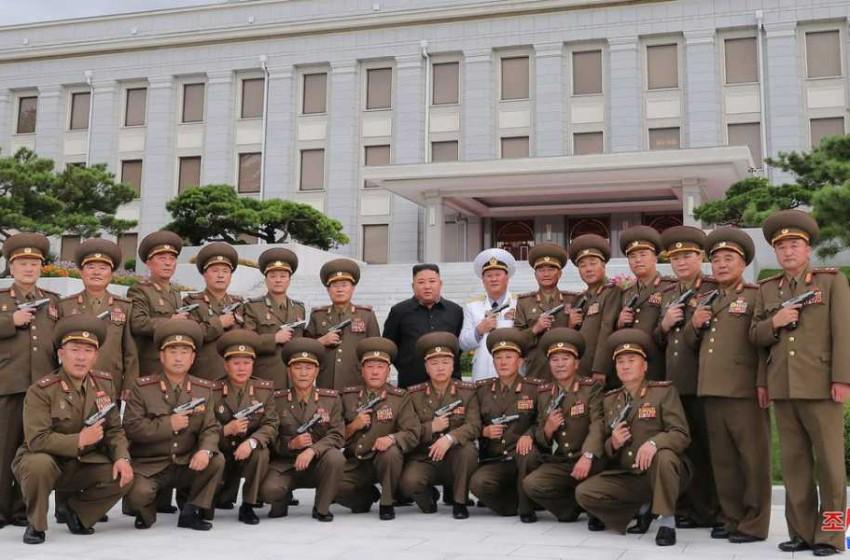 Солонгосын дайн завсарласны түүхэн ойг тохиолдуулан Ким Жон Ун генералууддаа гар буу бэлэглэжээ