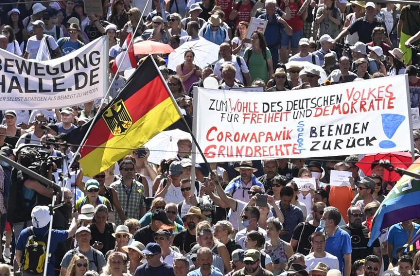 Германчууд амны хаалт зүүхийг эсэргүүцэн жагсчээ